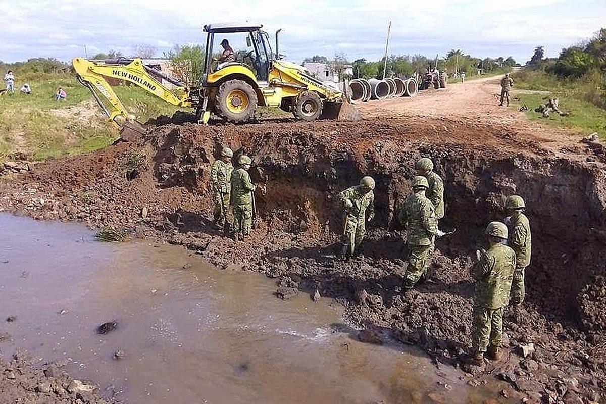 Militares correntinos montan paso a paso un puente para comunicar un pueblo