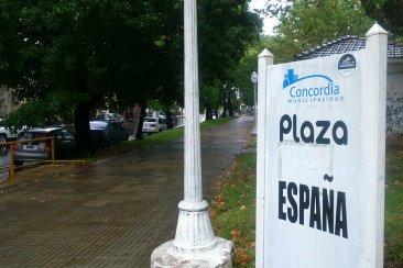 Vecinos de la Plaza España denuncian que hace 24 horas que no tienen agua