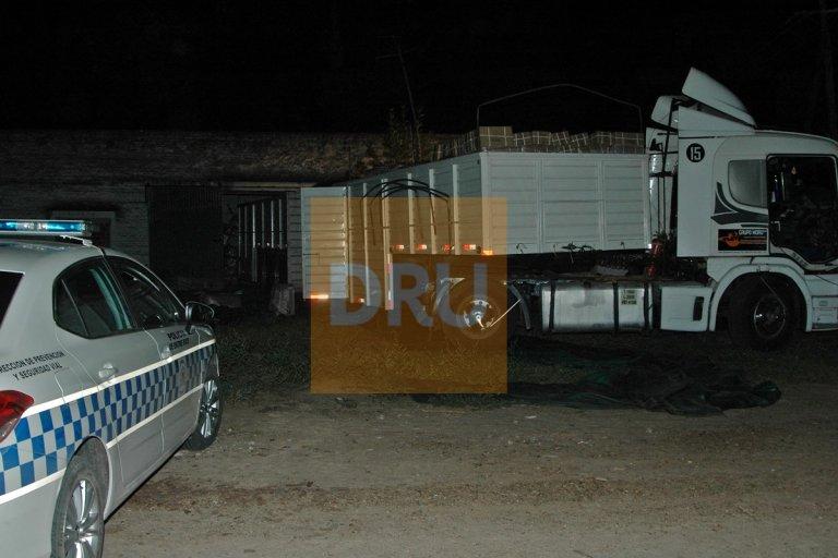 El camión estaba siendo descargado cuando llegaron dos policías al lugar