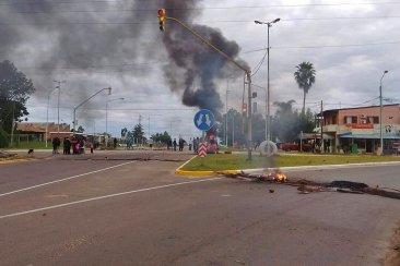 Vecinos de Benito Legerén volvieron a cortar el acceso sur reclamando una ambulancia