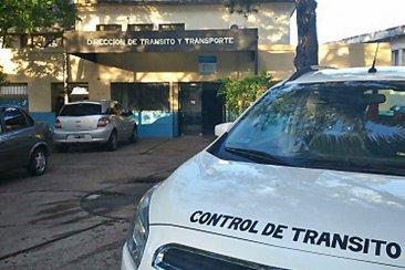 Un agente de tránsito fue atropellado por un joven que quiso evadir un control