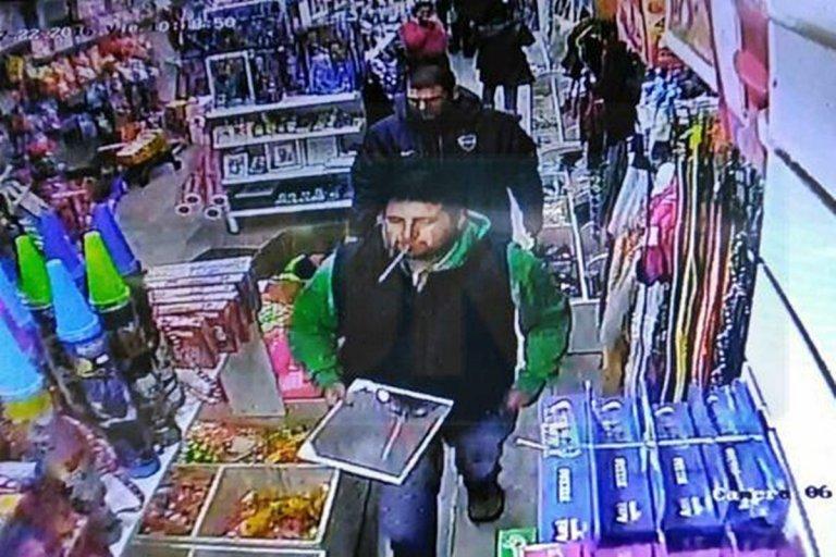 Una cámara de la peatonal captó cuando compraban el espejo para guiar a la avioneta narco