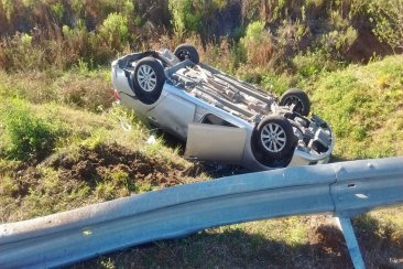 Un auto despistó y terminó volcando a la vera de la ruta nacional 14