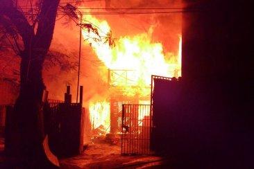 Un incendio destruyó una vivienda de dos plantas en calle Vélez Sarsfield
