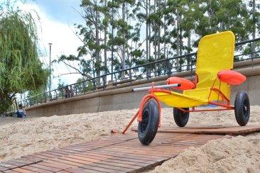 El municipio adquirió una silla anfibia para uso gratuito en playa Los Sauces
