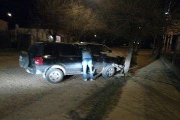 Una camioneta impactó contra un árbol y el conductor se negó a hacer el test de alcoholemia