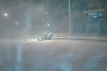 Una moto se incendió tras chocar contra un auto