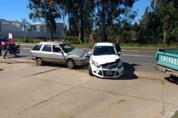 Dobló con el semáforo en rojo y terminó impactado por otro vehículo que tenía verde