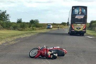 Una moto y un micro de larga distancia protagonizaron un accidente cerca de la ruta 18