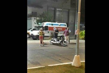 Por patear a un agente de tránsito se cayó de la moto y provocó lesiones a su pequeña hija