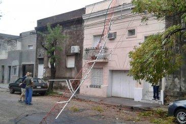 El temporal tumbó una antena, tiró árboles sobre vehículos y voló algunos techos