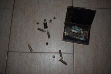 Demolía una casa abandonada y encontró una caja con importantes municiones