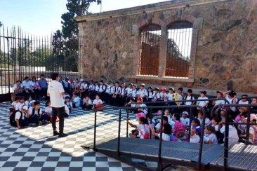 Cientos estudiantes concordienses se zambullen en la magia del Castillo San Carlos