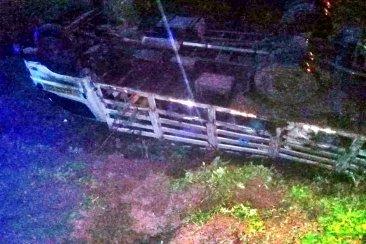 Un camión que llevaba garrafas volcó y su conductor terminó hospitalizado