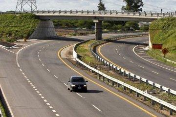Una familia de turistas volcó con su automóvil en la autovía 14