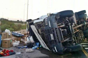 Un camión volcó y desparramó toda su carga en la Ruta 14