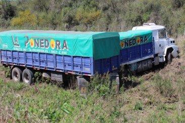 Un camionero perdió el control y terminó despistando en una ruta entrerriana