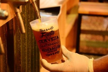 Por qué servir la cerveza con espuma es lo correcto