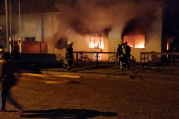 Un desperfecto en una garrafa incendió la totalidad de una vivienda y afectó a otra lindante