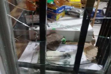 Malvivientes rompieron la vidriera de un local comercial para ingresar a robar